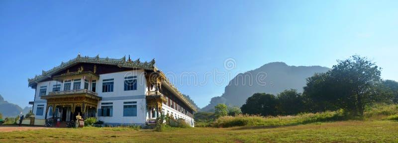 Buddhabildstaty på Tai Ta Ya Monastery royaltyfria bilder