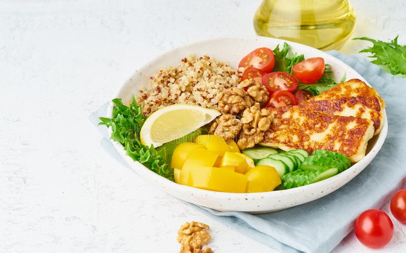 Buddhabunke med halloumien, salladgrönsallat, quinoa, vegetarisk meny, vit bakgrund, closeup med kopieringsutrymme arkivfoton