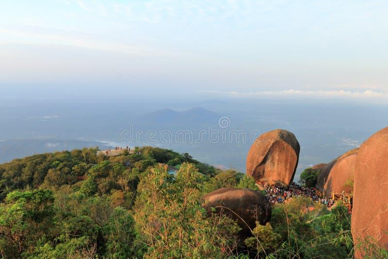 Buddhafotspårfestival på berget arkivfoto