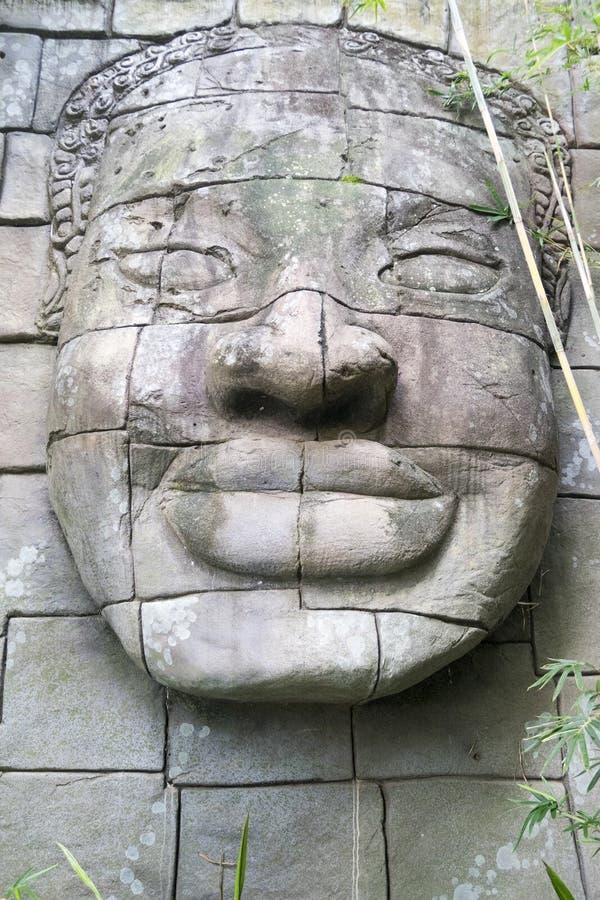 Buddhaframsida som snidas i sten arkivbilder