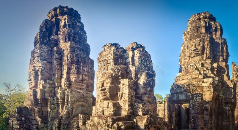 Buddhaframsidor i den Bayon templet i Angkor Thom för den cambodia för angkoren skördar banteay lotuses laken siemsreytempelet ca royaltyfria bilder