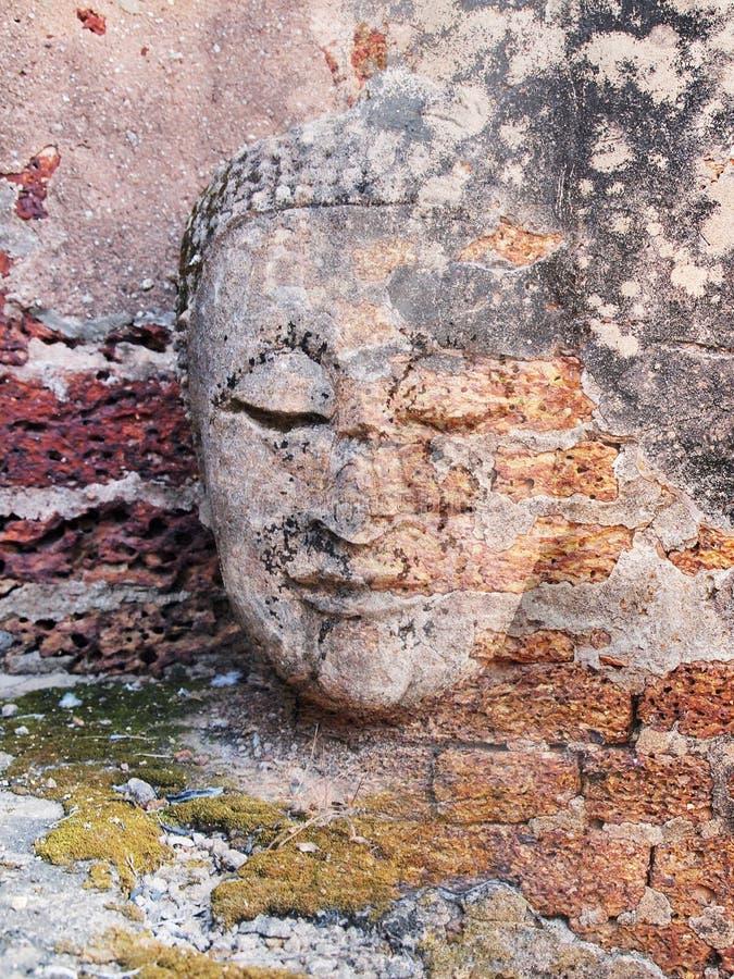 Buddhahuvudet är brutet royaltyfri bild