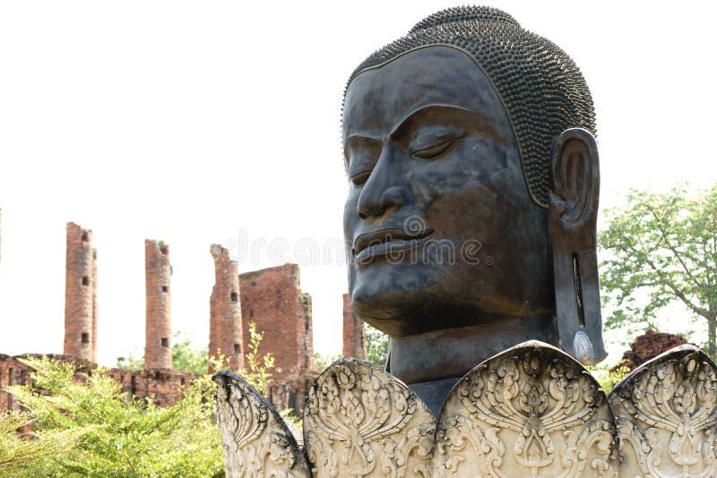 Buddhahuvudet lokaliserade en av den ursnygga Ayutthaya blicken royaltyfria foton