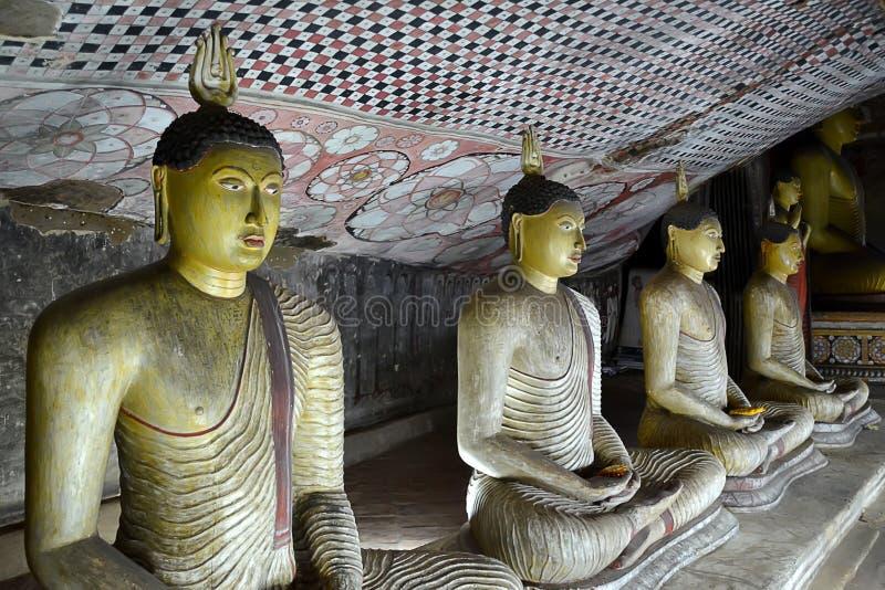 Buddhas à l'intérieur de temple de roche de Bouddha dans Dambulla Sri Lanka images stock