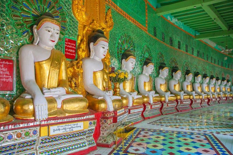 Buddhas и стена в виске стоковое фото