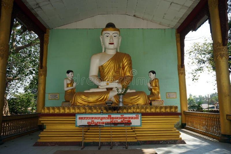 Buddhas dans la pagoda de Mahazedi images libres de droits