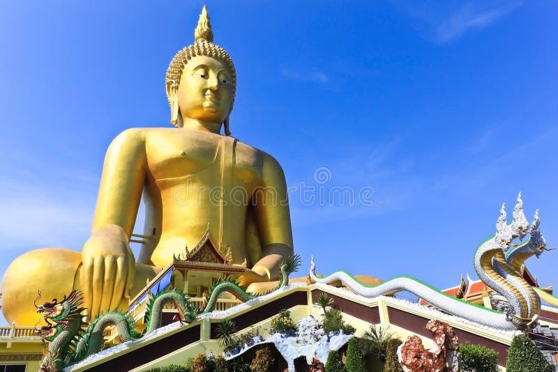 Buddhas dourado em Wat Muang, Tailândia foto de stock