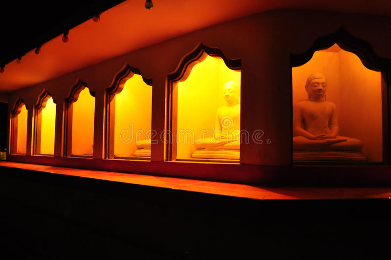 Buddhas in heiligdom onder Bodhi-boom stock fotografie