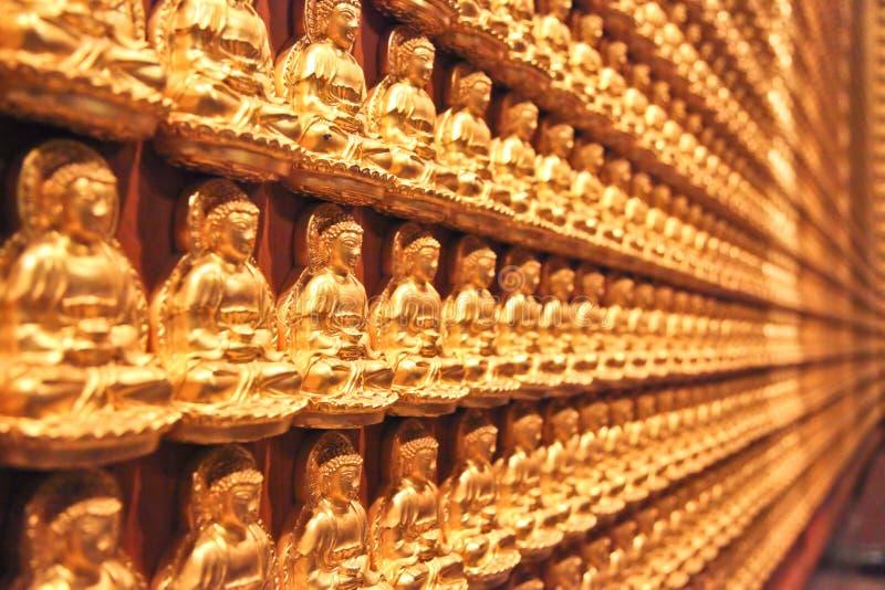 Buddhas pequenos em uma parede imagens de stock royalty free
