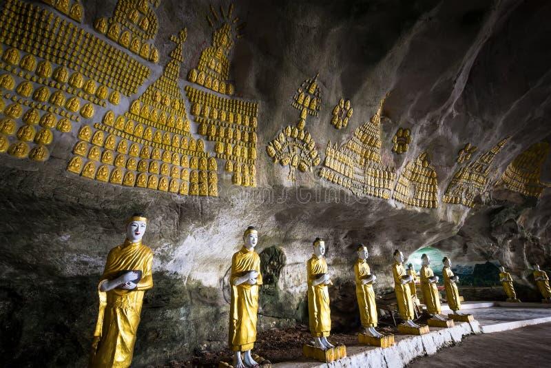 Buddhas-Statuen und religiöses Schnitzen an der Sadan-Sünden-Minutenhöhle Hpa lizenzfreies stockbild