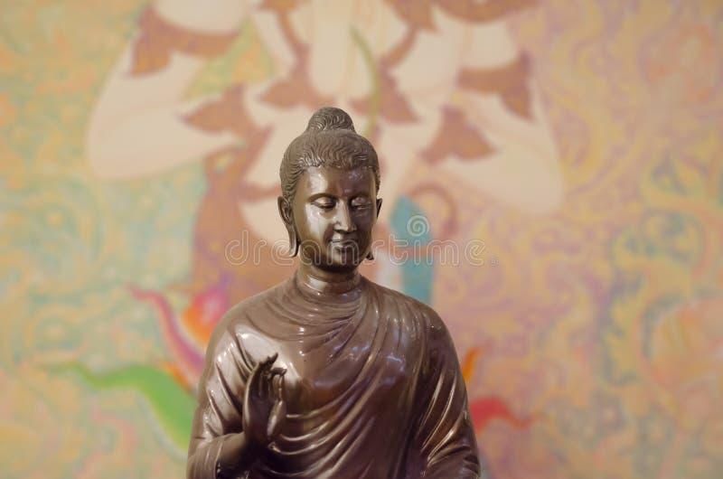 Buddhasculptre på thai vägg- bakgrund mönstrar Thailand arkivfoto