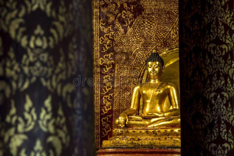 Buddhaskulptur på Wat Pra Singh, Chaingmai, Thailand fotografering för bildbyråer