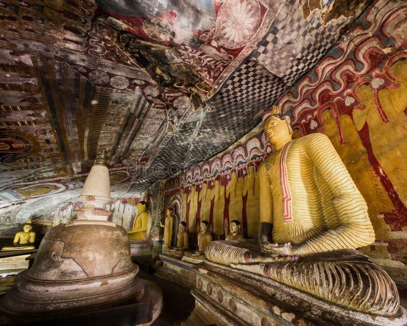 Buddhasstandbeelden en godsdienstige gravure bij Gouden Tempel Sri Lanka stock afbeelding