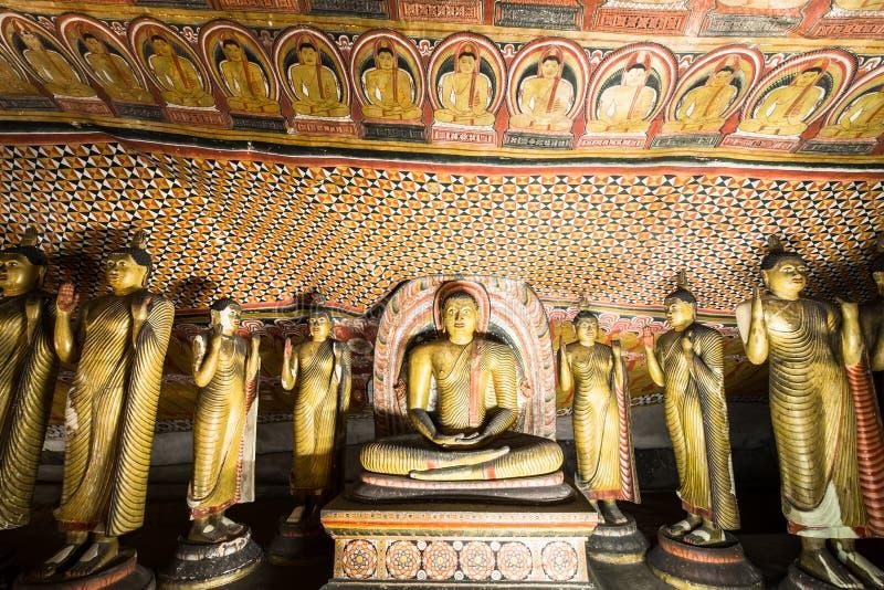 Buddhasstandbeelden en godsdienstige gravure bij Gouden Tempel Sri Lanka stock foto