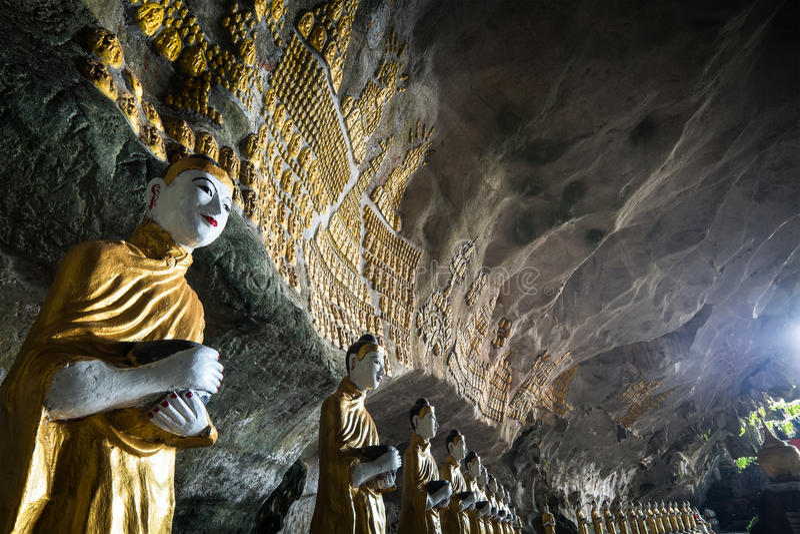 Buddhasstandbeelden en godsdienstige gravure bij Sadan-Zonde Min hol Hpa stock afbeeldingen