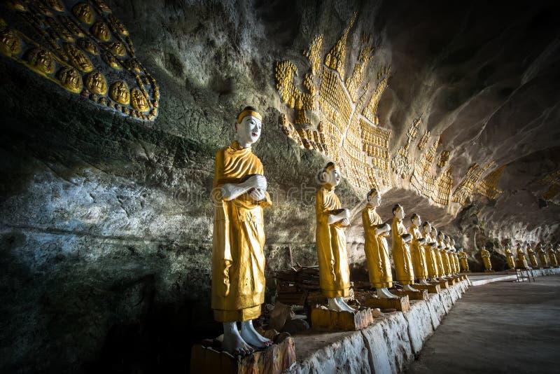 Buddhasstandbeelden en godsdienstige gravure bij Sadan-Zonde Min hol Hpa royalty-vrije stock afbeelding