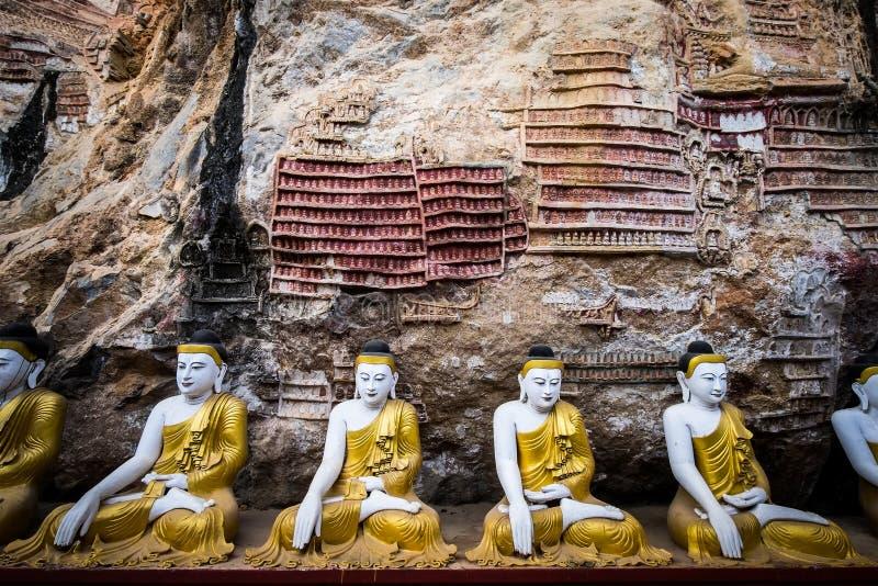 Buddhasstandbeelden en godsdienstige gravure in het hol van Kaw Goon Hpa-, stock fotografie