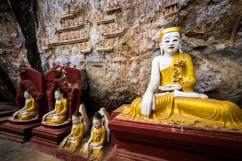 Buddhasstandbeelden en godsdienstige gravure in het hol van Kaw Goon Hpa-, royalty-vrije stock afbeeldingen