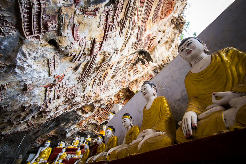 Buddhasstandbeelden en godsdienstige gravure in het hol van Kaw Goon Hpa-, royalty-vrije stock foto