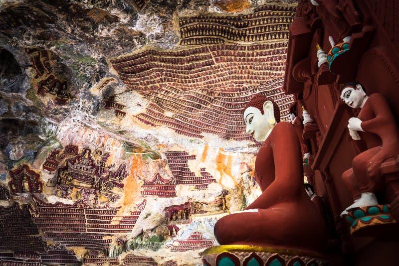 Buddhasstandbeelden en godsdienstige gravure in het hol van Kaw Goon Hpa-, stock foto's