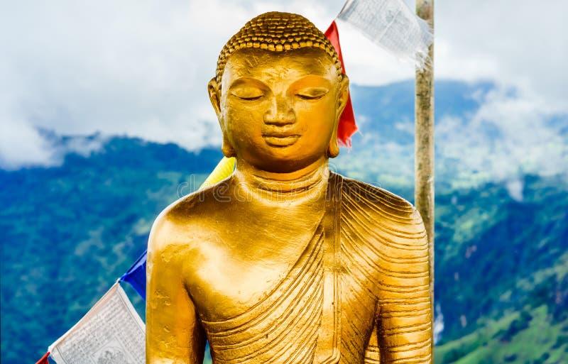 Buddhastaty överst av det lilla Adams maximumet i Ella, Sri Lanka arkivbild