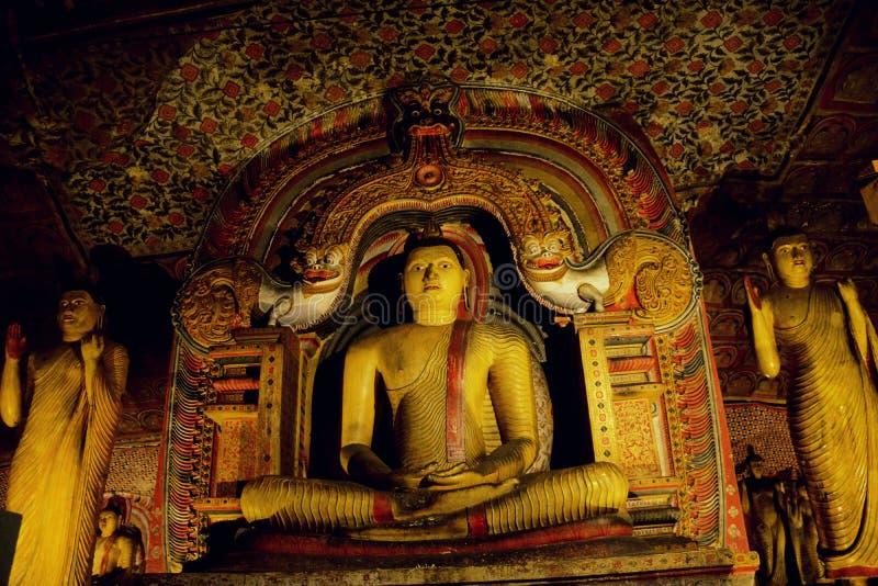 Buddhastaty i den Dhyana Mudra positionen i Dambulla royaltyfria foton