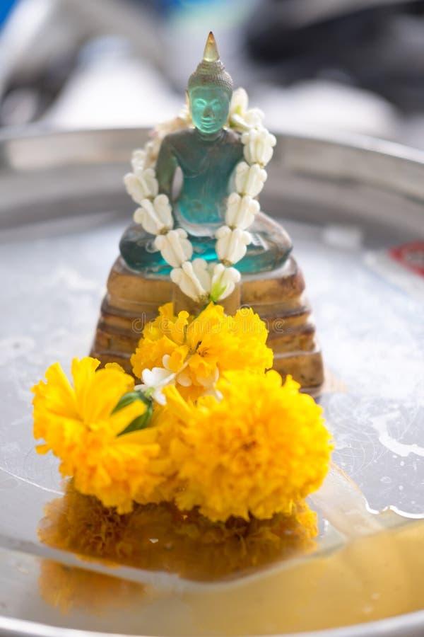 Buddhastaty i den Songkran festivalen, Thailand arkivbilder