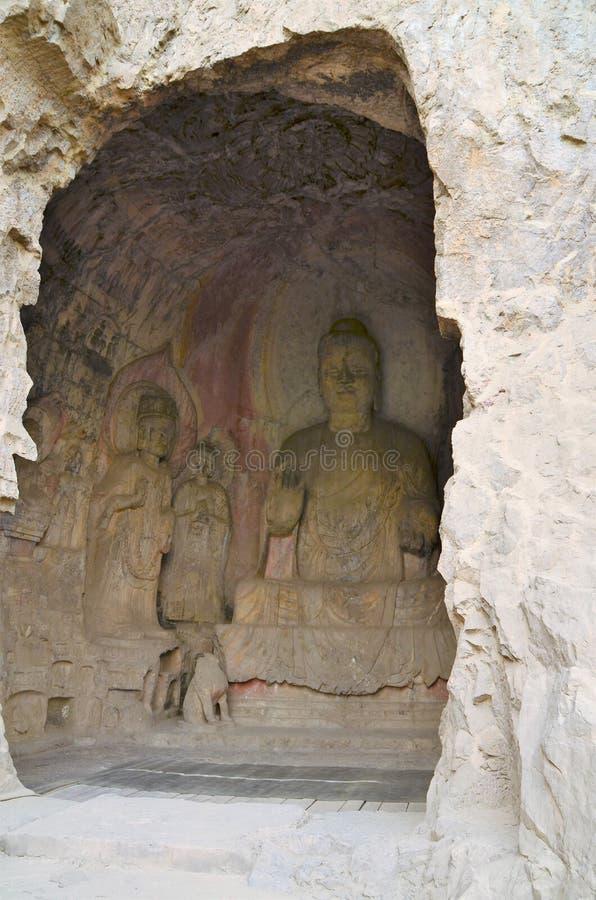 Buddhastaty i grottan fotografering för bildbyråer