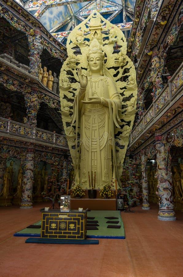 Buddhastaty i Linh Phuoc Pagoda på bakgrund i mosaikstil royaltyfri bild