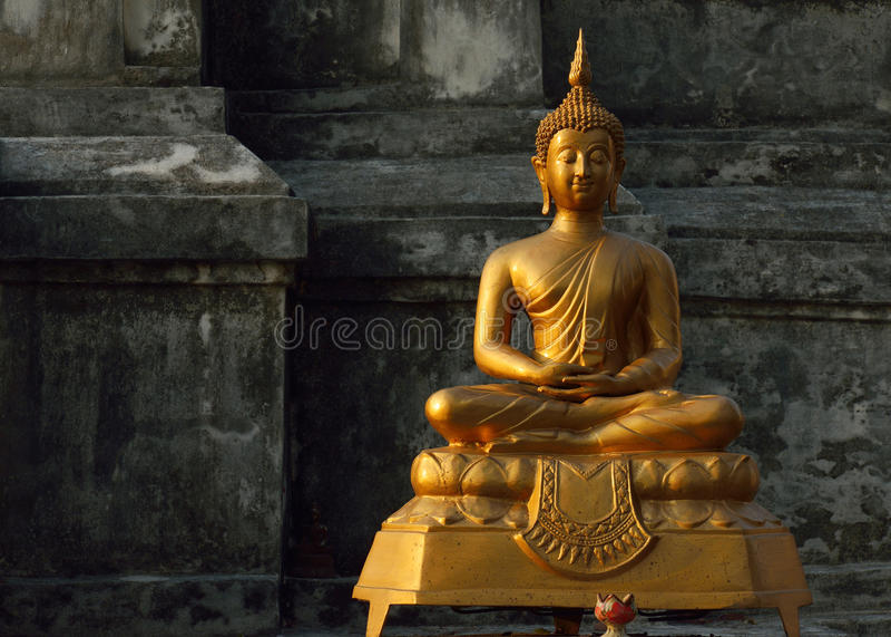 Buddhastaty i tempelbuddhism arkivfoto