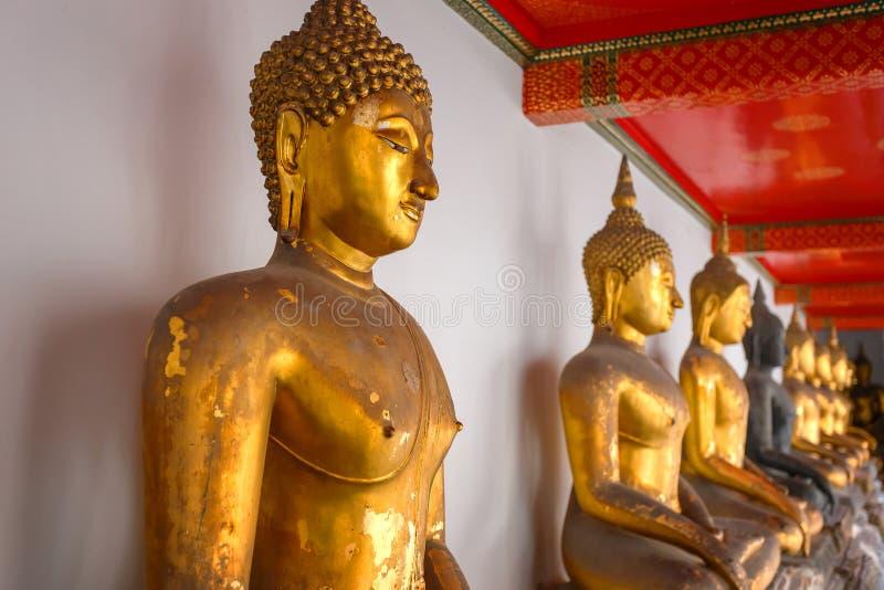 Buddhastaty i Wat Pho (den Pho templet) i Bangkok royaltyfri foto