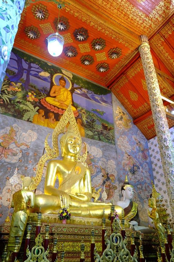 Buddhastaty i Wat Phrathat Chohae arkivbilder