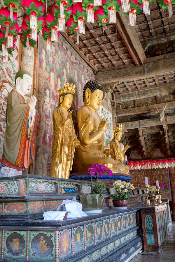 Buddhastaty inom Daeungjeon av den Bulguksa templet arkivfoton