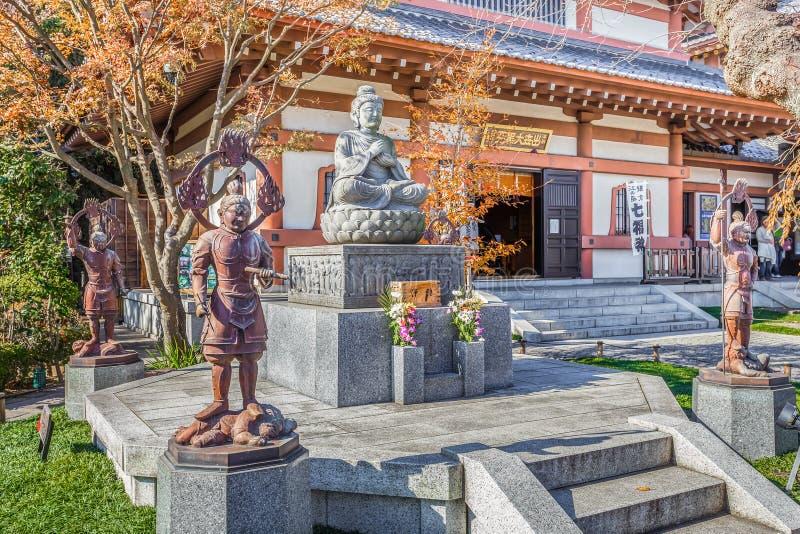 Buddhastaty med förmyndarna på den Hasedera templet royaltyfria foton