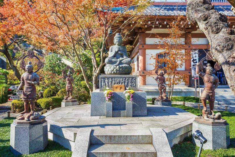 Buddhastaty med förmyndarna på den Hasedera templet arkivfoton