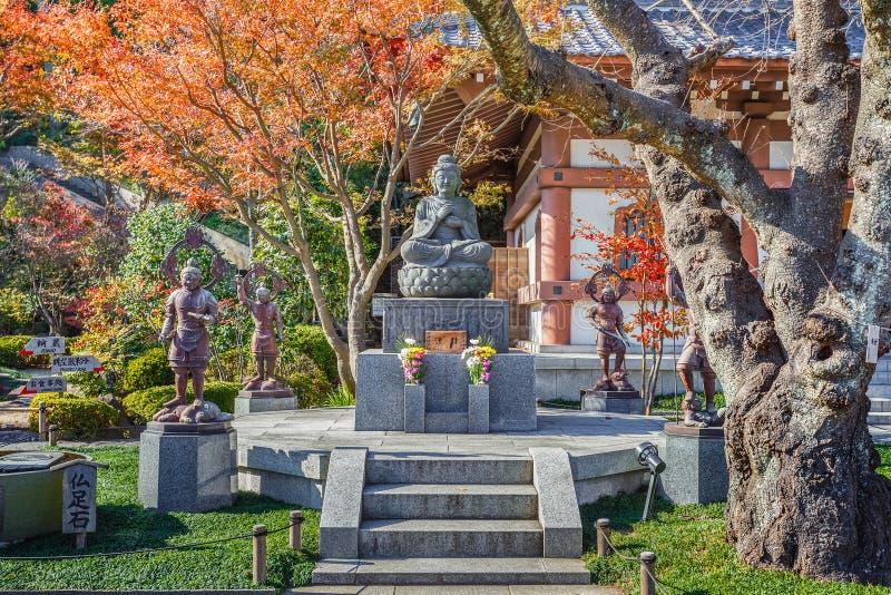 Buddhastaty med förmyndarna på den Hasedera templet arkivbilder