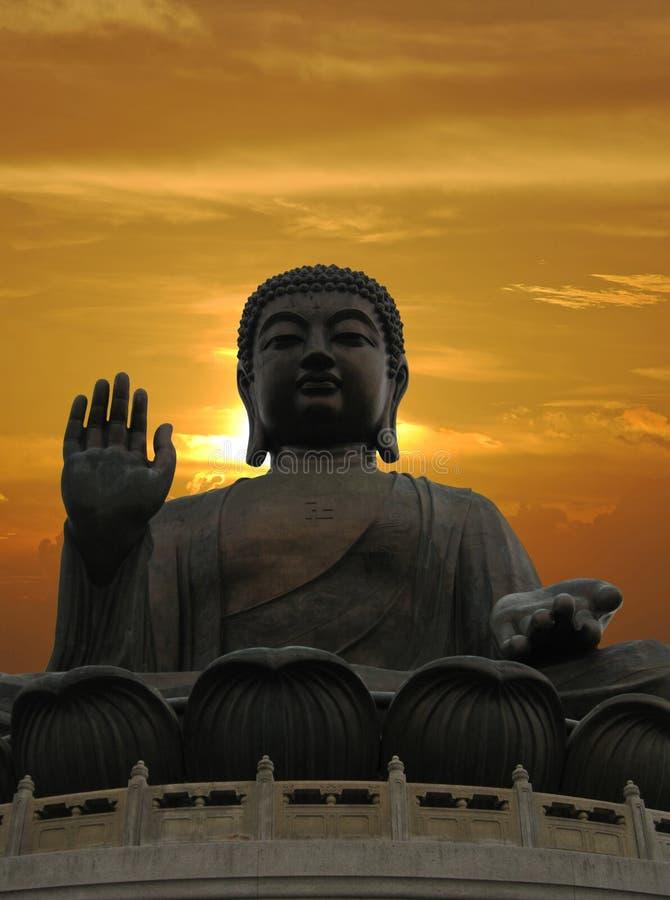 Buddhastaty och dramatisk solnedgång fotografering för bildbyråer