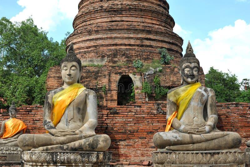 Buddhastaty och stupa på wat Yai Chaimongkol, Thailand fotografering för bildbyråer