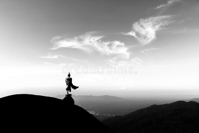 Buddhastaty på bergen royaltyfri fotografi
