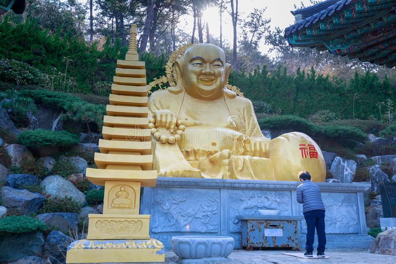 Buddhastaty på den Haedong Yonggungsa templet i Busan royaltyfria foton