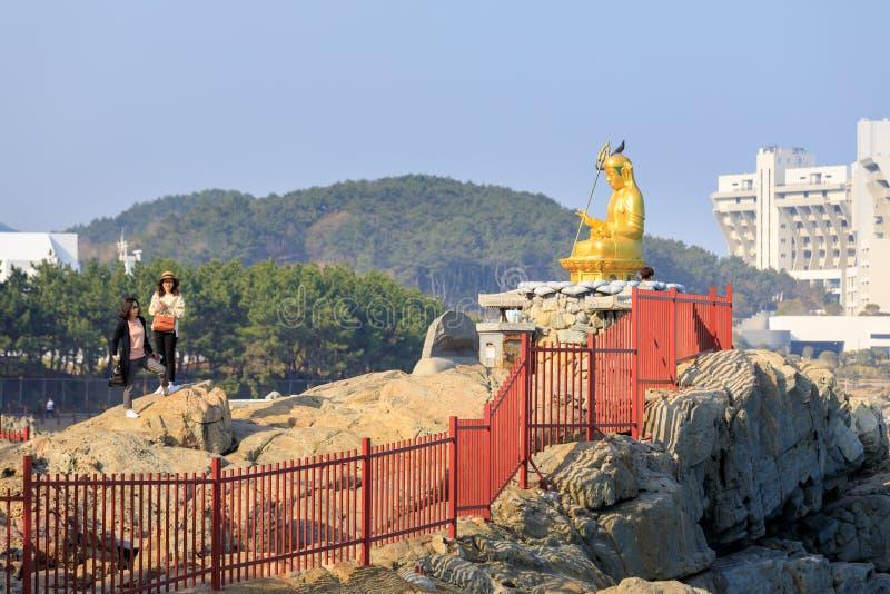 Buddhastaty på den Haedong Yonggungsa templet i Busan arkivfoto
