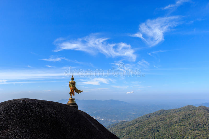 Buddhastaty på kullen royaltyfri bild