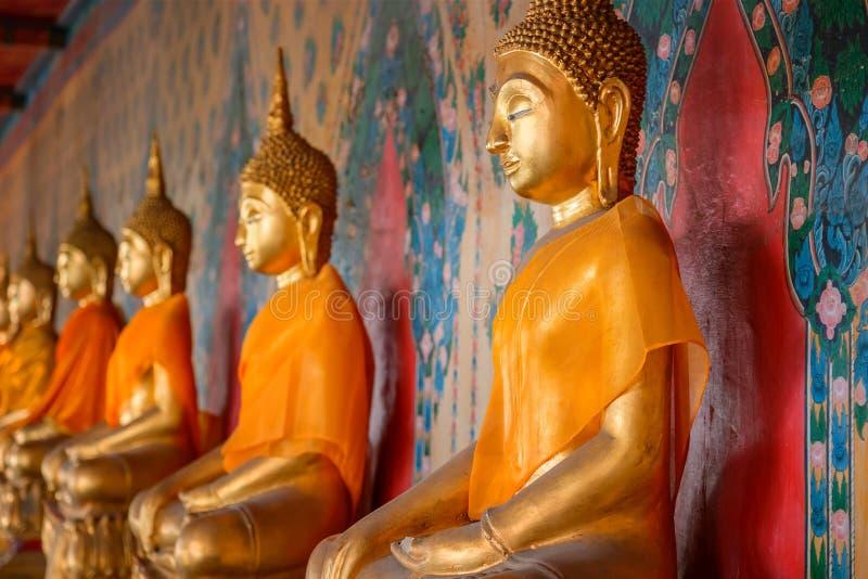 Buddhastaty på Wat Arun - templet av gryning i Bangkok arkivfoto