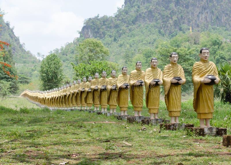 Buddhastaty på wat Tai Ta Ya Monastery royaltyfria bilder