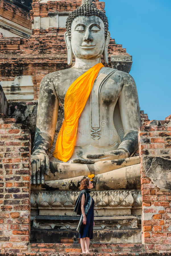 Buddhastaty Wat Yai Chaimongkol Ayutthaya fotografering för bildbyråer