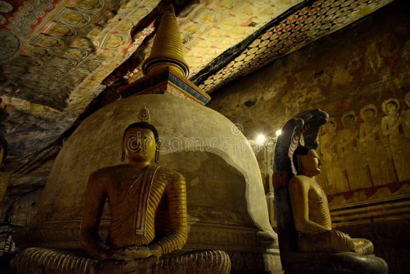 Buddhastatyer i den Dhyana Mudra positionen i Dambulla royaltyfria bilder