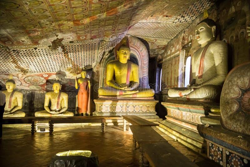 Buddhastatyer på den Dambulla grottatemplet, guld- tempel av Dambulla, Sri Lanka royaltyfria bilder