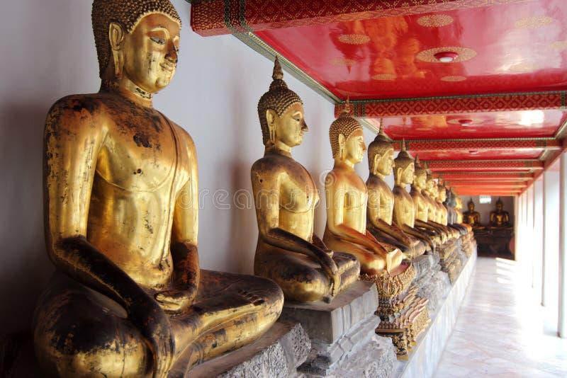 Buddhastatyer på den storslagna slotten, Bangkok arkivfoton