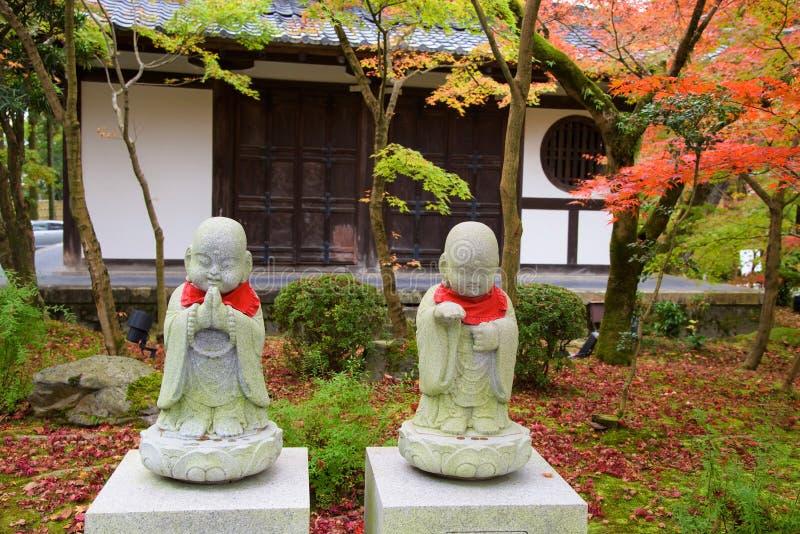 Buddhastatyer på höst arbeta i trädgården på Eikando, Kyoto arkivfoton