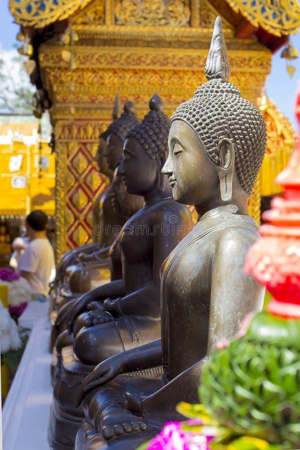 Buddhastatyer på Wat Phra That Doi Suthep den populäraste templet i Chiang Mai, Thailand royaltyfri fotografi